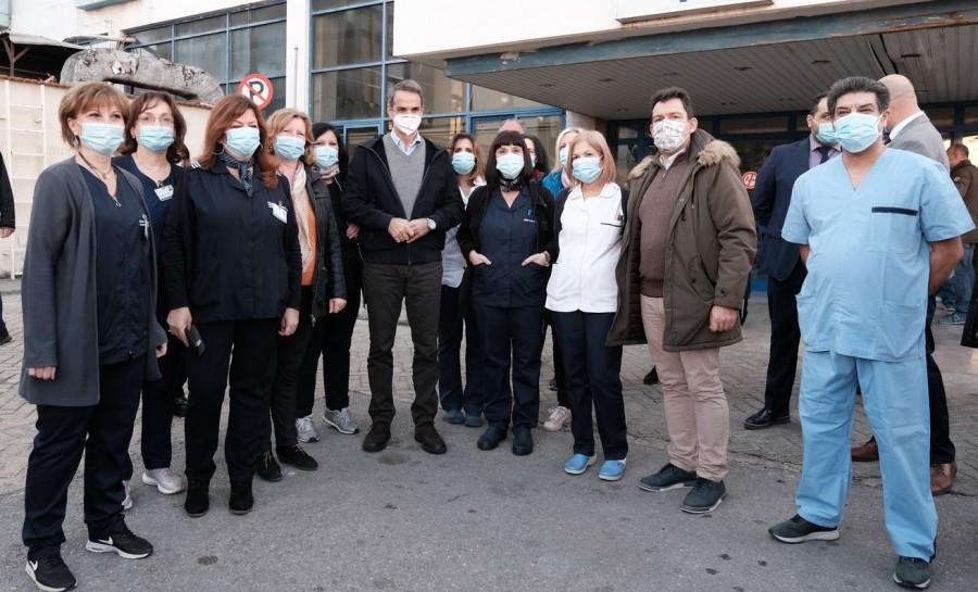 Στη Θεσσαλονίκη ο Κ. Μητσοτάκης: Το σύστημα υγείας πιέζεται αλλά αντέχει, Χριστούγεννα με περιορισμούς