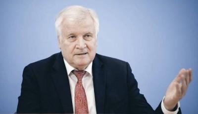 Seehofer (Γερμανία): Πρέπει να ξεκινήσουν και πάλι οι απελάσεις Σύρων