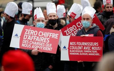 Γαλλία: Δεν μπορούμε να ζούμε από επιδόματα, φωνάζουν χιλιάδες διαδηλωτές της εστίασης στο Παρίσι