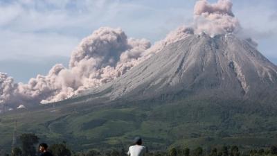 Ηφαίστειο εκτοξεύει τέφρα σε ύψος 1.000 μέτρων - Εντυπωσιακές εικόνες