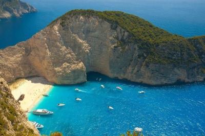 Βρετανικά ΜΜΕ: Ελληνικά νησιά στην πράσινη λίστα της Μ. Βρετανίας – Για ποια πρόκειται
