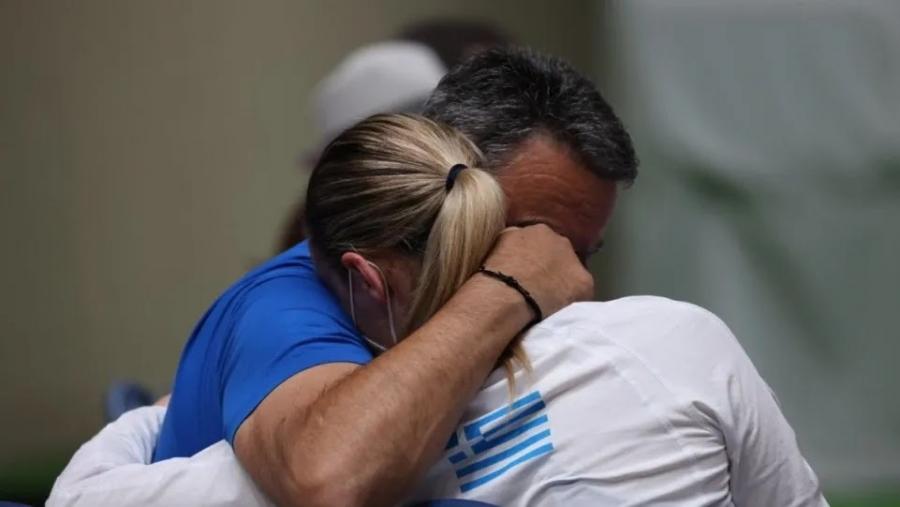 Άννα Κορακάκη: Στην αγκαλιά του πατέρα και προπονητή της μετά τον τελικό
