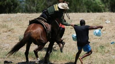 Σάλος με εικόνες έφιππων συνοριοφυλάκων που κυνηγούν μετανάστες στις ΗΠΑ