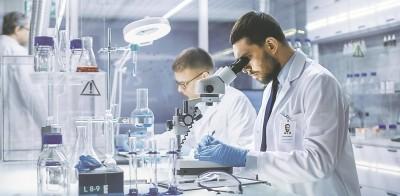 Έρευνα Pew: Οι πολίτες εμπιστεύονται τους επιστήμονες περισσότερο από κυβερνήσεις και ΜΜΕ