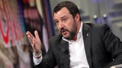 Ο Salvini επιτίθεται στην κυβέρνηση που... στηρίζει, με το βλέμμα στις δημοσκοπήσεις
