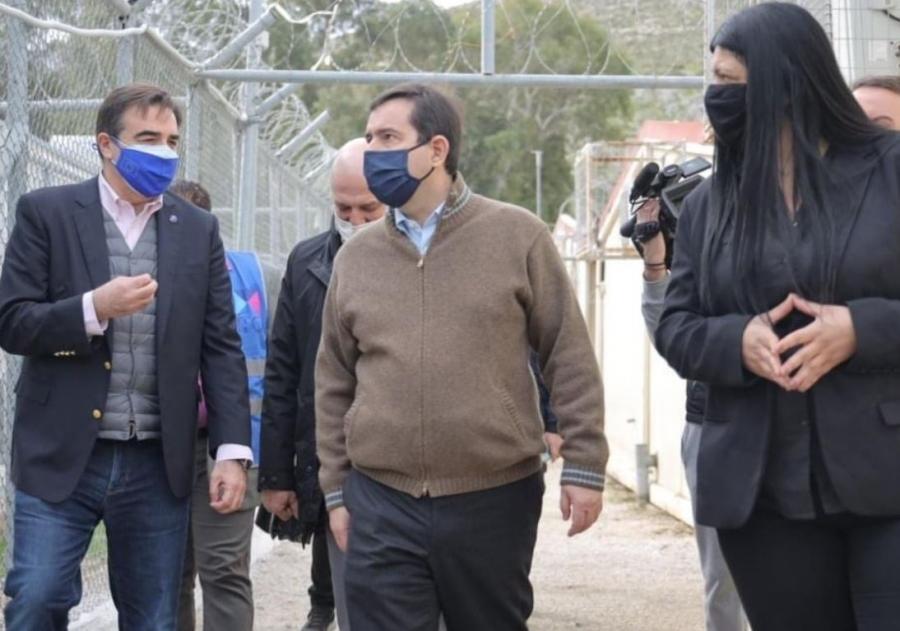 Επίσκεψη Σχοινά και Μηταράκη στις δομές φιλοξενίας προσφύγων σε Κω και Λέρο
