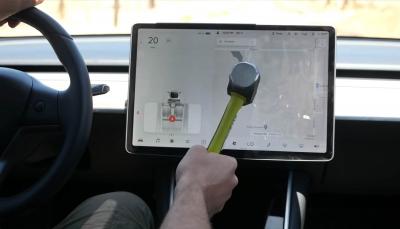 Πόσο μπορεί να αντέξει η οθόνη ενός Tesla Model 3 απέναντι σε μια βαριοπούλα;