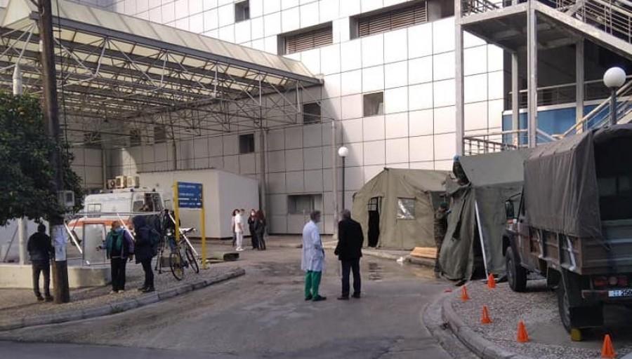 Βόλος: Έστησαν στρατιωτικές σκηνές έξω από νοσοκομείο για τον κορωνοϊό