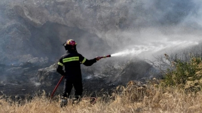 Φωτιά στην Κερατέα, κοντά σε οικισμό - Κινητοποίηση επίγειων και εναέριων δυνάμεων της Πυροσβεστικής