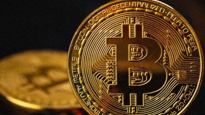 Τεχνική «βουτιά» 6% για το bitcoin μετά τα ρεκόρ, στα 53.763 δολ.
