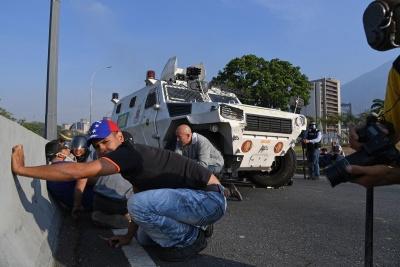 Απόπειρα πραξικοπήματος από τον Guaido στη Βενεζουέλα - Σε λαϊκή εξέγερση καλεί ο Maduro - Πεδίο μάχης στρατιωτική βάση στο Καράκας