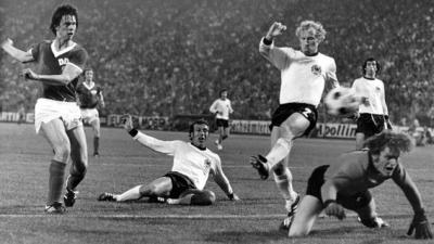 Ανατολική Γερμανία- Δυτική Γερμανία 1-0: Κάτι παραπάνω από ένα ποδοσφαιρικό παιχνίδι και από ένα απλό γκολ!  (video)