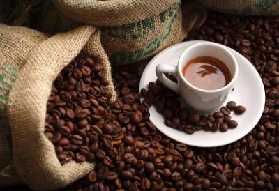 Ο υπόγειος πόλεμος με τις τιμές στην αγορά του καφέ και η μετάθεση των αυξήσεων