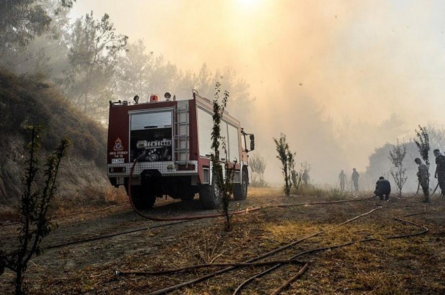 Ρόδος: Μάχη με τις αναζωπυρώσεις εξακολουθούν να δίνουν οι πυροσβέστες και οι εθελοντές