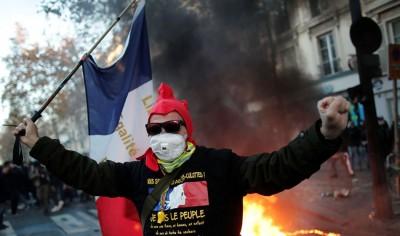 Ένταση και σοβαρά επεισόδια στο Παρίσι – Διαδηλώσεις κατά της αστυνομικής βίας στη Γαλλία, υπό πίεση ο Macron