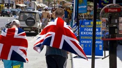 Ανησυχητικά μηνύματα για τον τουρισμό: Εξαιρετικά απίθανο οι Βρετανοί να κάνουν θερινές διακοπές στο εξωτερικό