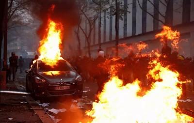 Νέα σοβαρά επεισόδια και εικόνες καταστροφής στο Παρίσι σε διαδήλωση για την αστυνομική βία -  Εντείνεται η δυσφορία των Γάλλων πολιτών για τον Macron
