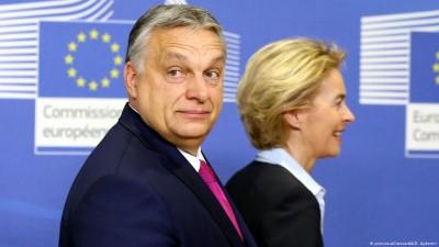 H Von der Leyen στηρίζει την αντιπρόεδρο Jourova στη διαμάχη με τον Orban