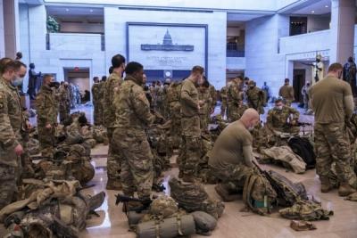 ΗΠΑ - Κογκρέσο: Απίστευτες εικόνες από τον στρατό μέσα στο Καπιτώλιο