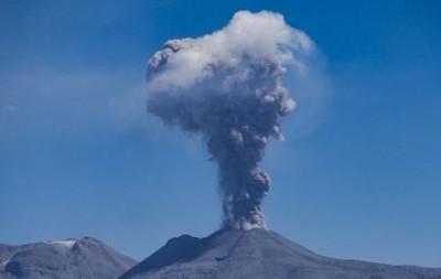 Ινδονησία: Καπνός και τέφρα από την έκρηξη του ηφαιστείου Levotolo - Δεν αναφέρθηκαν τραυματισμοί ή ζημιές