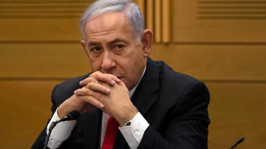 Η αμήχανη στιγμή του Netanyahu: Κάθισε στη λάθος καρέκλα και του υπενθύμισαν ότι δεν είναι πια πρωθυπουργός