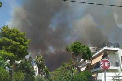 Φωτιά στη Βαρυμπόμπη: Έξι άτομα με αναπνευστικά προβλήματα και ένας πυροσβέστης στο νοσοκομείο