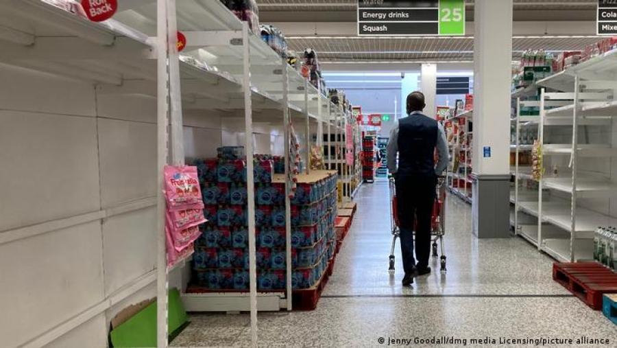 Βρετανία: Ημερήσια τεστ στους εργαζόμενους και όχι καραντίνα, μετά το χάος στα σούπερ μάρκετ