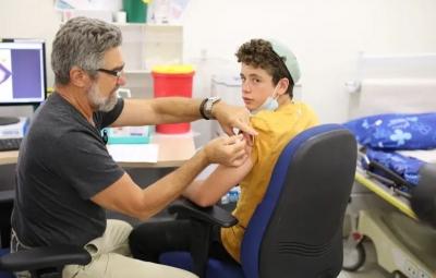 Γιατί το Ισραήλ αγνόησε τις συστάσεις του ΠΟΥ και εμβολιάζει μαζικά τους έφηβους
