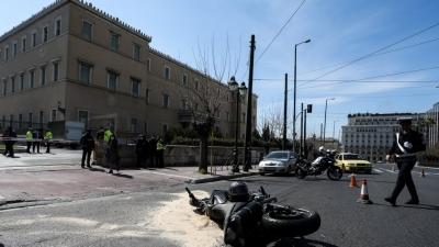 ΕΛ.ΑΣ για τροχαίο δυστύχημα έξω από τη Βουλή: Κατέθεσε ο διανομέας - Αναζητείται ο οδηγός ταξί