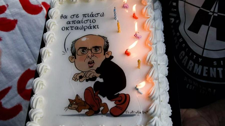 Διαμαρτυρία στο Υπουργείο Εργασίας - Έφτιαξαν τούρτα με τον Χατζηδάκη ως «Δρακουμέλ»