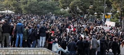 Πλήθος κόσμου στη συγκέντρωση (9/3) κατά της αστυνομικής βίας στην πλατεία της Νέας Σμύρνης