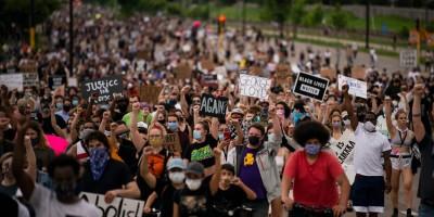 ΗΠΑ: Κατακραυγή για τον θάνατο από αστυνομική βία - Μεγάλες ταραχές στη Μινεάπολη