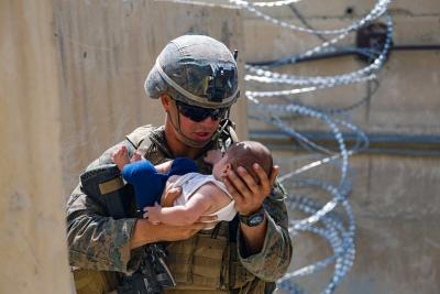Αφγανιστάν: Ο πεζοναύτης και το μωρό – Άλλη μια εικόνα που συγκλονίζει