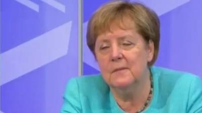 Σχεδόν αποκοιμήθηκε σε ζωντανή μετάδοση η Merkel
