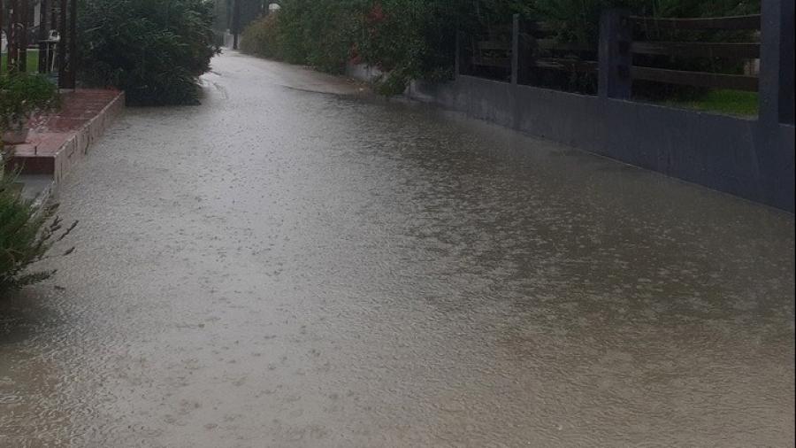 Θεσσαλονίκη: Ένας άνδρας νεκρός από την κακοκαιρία - Παρασύρθηκε το όχημά του από τα νερά