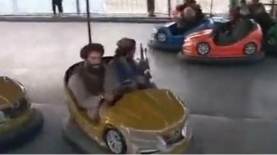 Αφγανιστάν: Βίντεο με Ταλιμπάν να «διασκεδάζουν» σε λούνα παρκ στην Καμπούλ κρατώντας... όπλα
