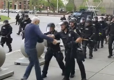 ΗΠΑ: Kατηγορούνται για βιαιοπραγία σε βαθμό κακουργήματος οι αστυνομικοί που έσπρωξαν ηλικιωμένο σε διαδήλωση