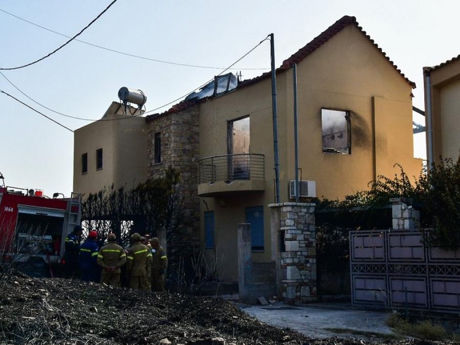 Φωτιές - Αχαΐα: Βελτιωμένη εικόνα σε Δροσιά, Ελεκίστρα - Κάηκαν σπίτια, τρεις τραυματίες