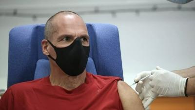 Ο Βαρουφάκης έκανε την τρίτη δόση του εμβολίου - Το μήνυμα για «υπεύθυνη ανυπακοή»
