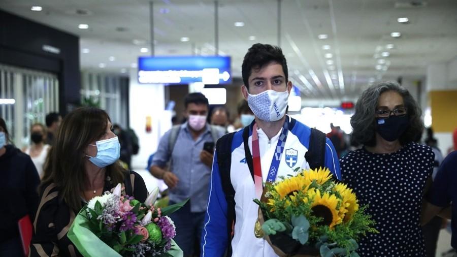 Επέστρεψε στην Αθήνα με το χρυσό μετάλλιο και αποθεώθηκε ο Μίλτος Τεντόγλου! (video)