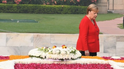 Merkel: Η Ευρώπη να αγωνιστεί κατά του μίσους και του ρατσισμού που περιορίζουν την ελευθερία