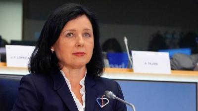 Jourova (Κομισιόν): Επικίνδυνος για τη Δημοκρατία ο αποκλεισμός Trump από τα social media