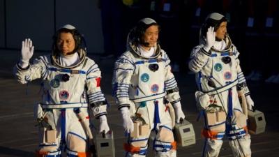 Η Κίνα στέλνει τους πρώτους αστροναύτες της στο διάστημα