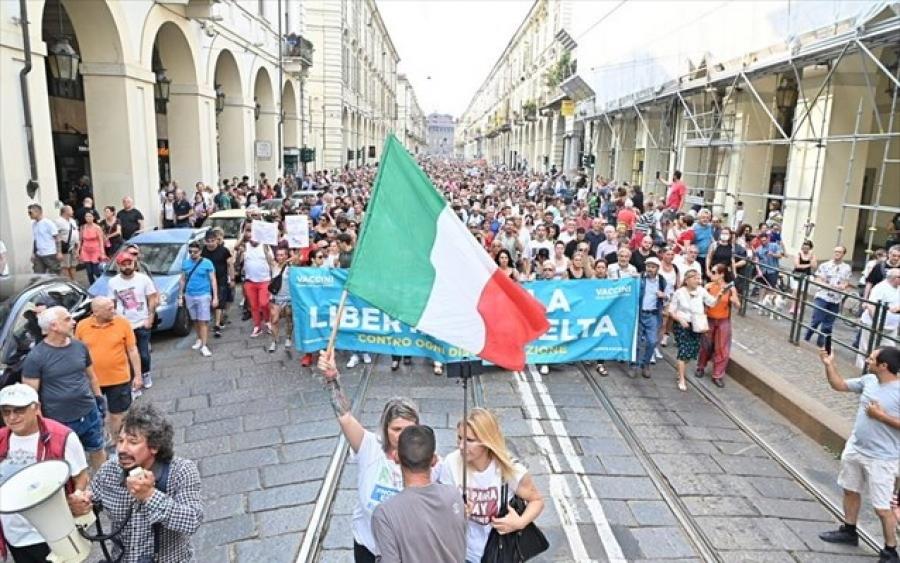 Ιταλία: Στους δρόμους της Ρώμης διαδήλωσαν αντιεμβολιαστές, αρνητές και πολέμιοι του «πράσινου πάσου»
