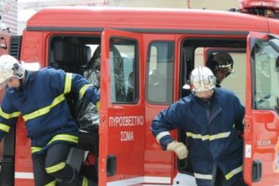 Λάρισα: Υπό μερικό έλεγχο η φωτιά σε κτίριο που στεγάζει την εφορία