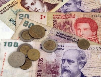 Αργεντινή: Σε ελεύθερη πτώση το πέσο - Νέο ιστορικό χαμηλό στα 35,42/δολ - ΔΝΤ: Παραγωγικές οι συζητήσεις