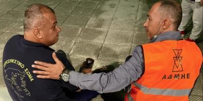 Υπάλληλος του ΑΔΜΗΕ έδωσε τα παπούτσια του σε πυροσβέστη γιατί τα δικά του είχαν λιώσει στη φωτιά
