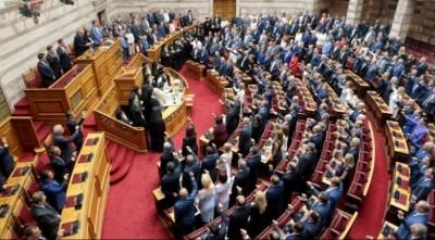 Έντονη αντιπαράθεση ΝΔ - ΣΥΡΙΖΑ στη Βουλή για τη στέρηση των πολιτικών δικαιωμάτων της Χρυσής Αυγής