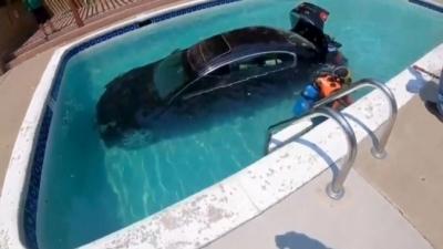 Νεαρός υποψήφιος οδηγός μπέρδεψε το γκάζι με το φρένο και έριξε το Ι.Χ σε... πισίνα