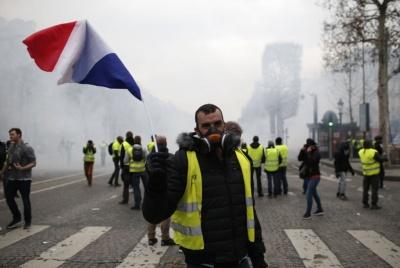 Γαλλία: Ξανά στους δρόμους τα «κίτρινα γιλέκα» - Συγκρούσεις με την αστυνομία στη Ναντ